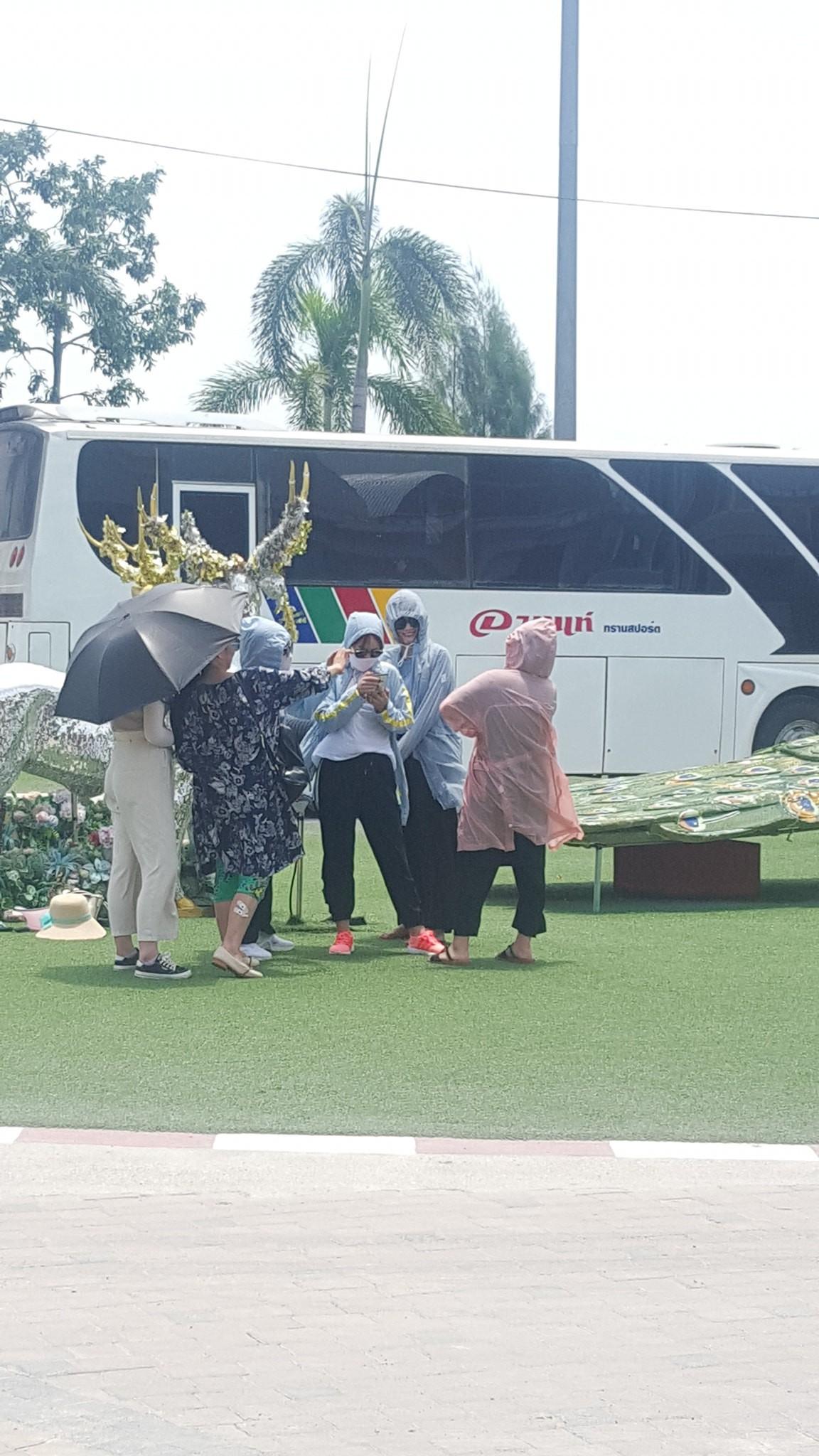 Nhóm chị em đi du lịch vẫn mặc như ninja để chụp hình, vừa có ảnh lưu niệm lại giữ gìn được làn da - Ảnh 1.