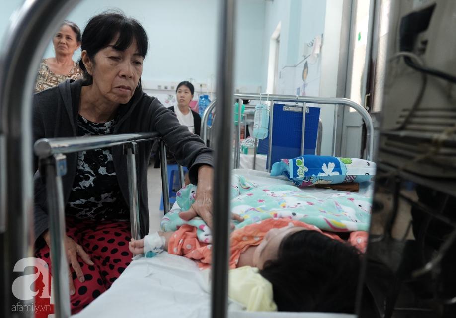 Bé trai bị mẹ ruột đâm thủng ruột được mạnh thường quân 83 tuổi mong muốn đưa về nuôi dạy - Ảnh 2.