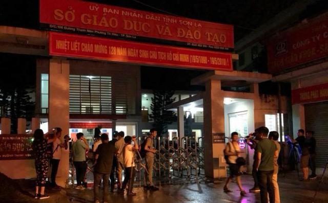Cảnh sát bảo vệ nhiều tầng lớp trong đêm thứ 2 kiểm tra điểm thi bất thường ở Sơn La - Ảnh 1.