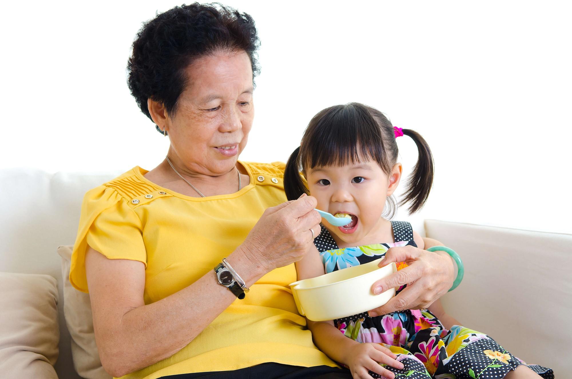 Các ông bố bà mẹ hiện đại ơi, đừng bao giờ để con ăn cơm một mình! - Ảnh 2.