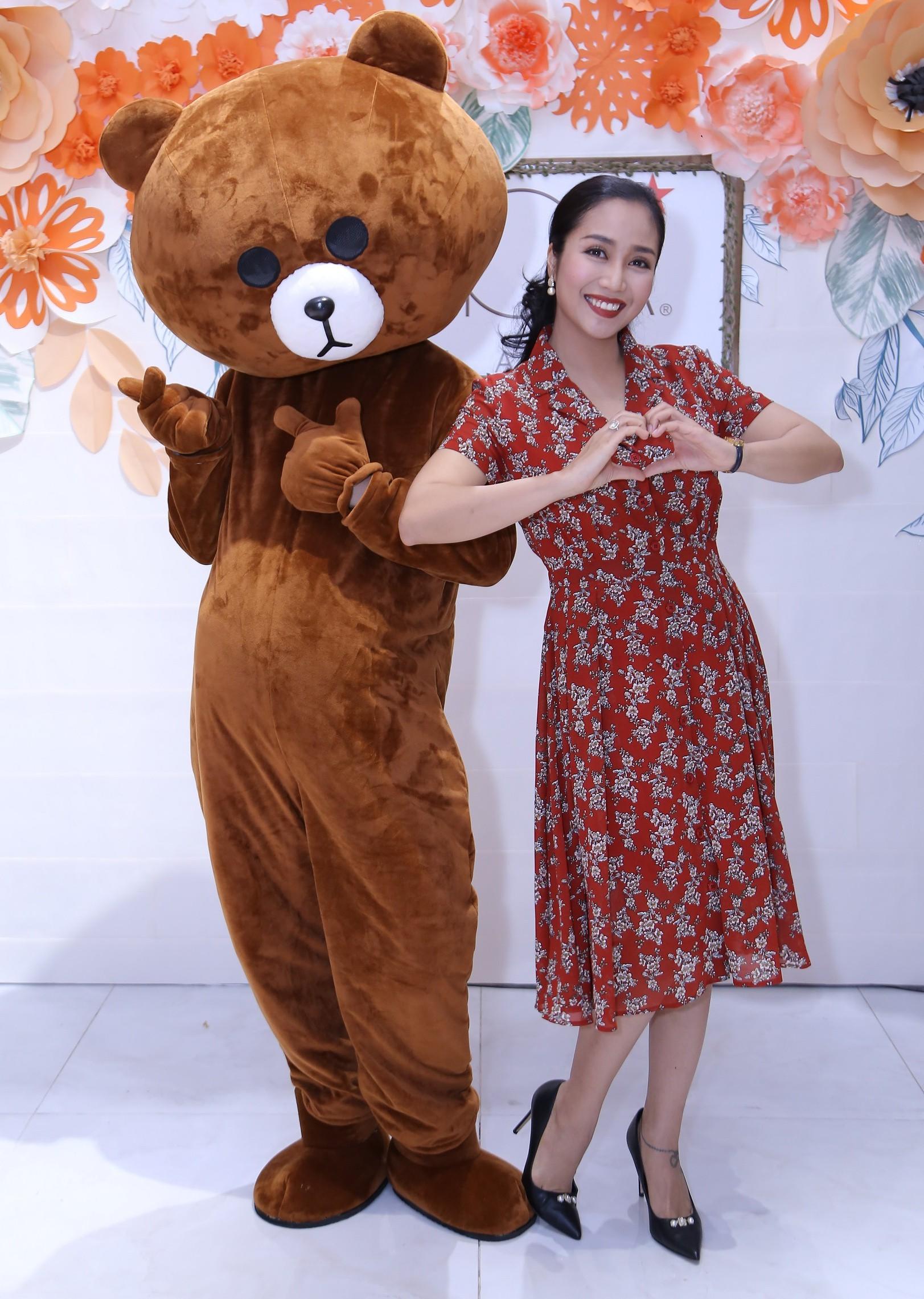 Bà mẹ 3 con Ốc Thanh Vân nhí nhảnh tạo dáng cùng gấu bông  - Ảnh 3.