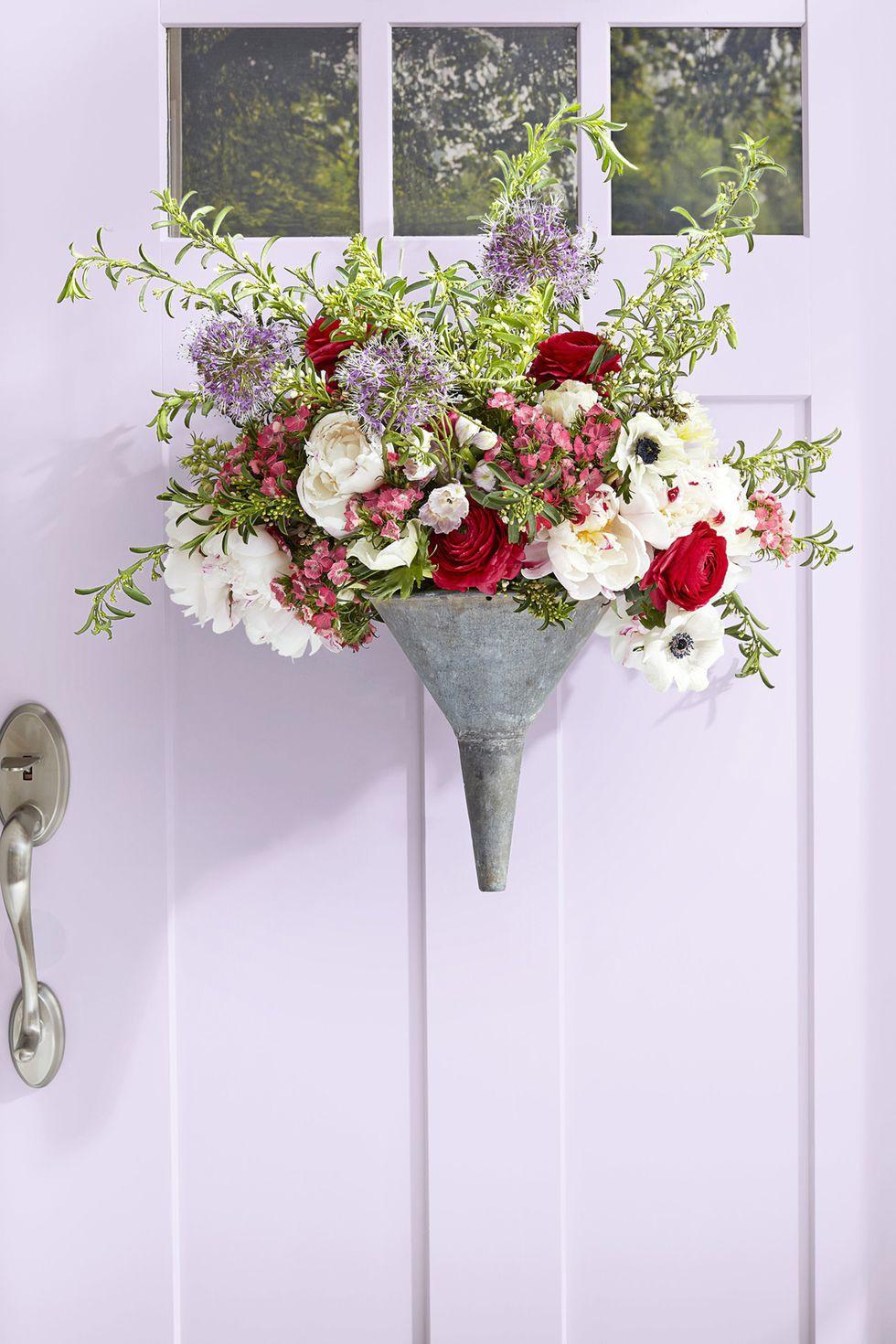 9 cách tận dụng đồ cũ làm hoa treo vừa xinh đẹp vừa tiết kiệm để trang trí trước cửa nhà   - Ảnh 1.