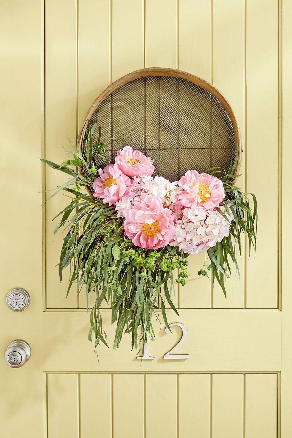 9 cách tận dụng đồ cũ làm hoa treo vừa xinh đẹp vừa tiết kiệm để trang trí trước cửa nhà   - Ảnh 2.