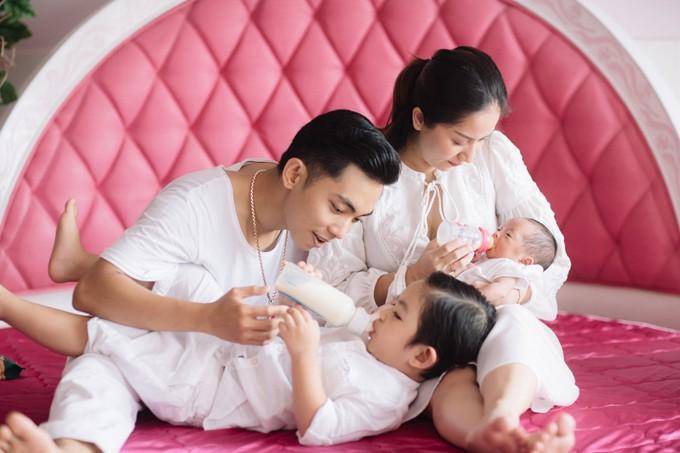 Không sợ ngực bị chảy xệ, các sao Việt này được mẹ bỉm sữa ngưỡng mộ vì nuôi con bằng sữa mẹ - Ảnh 4.