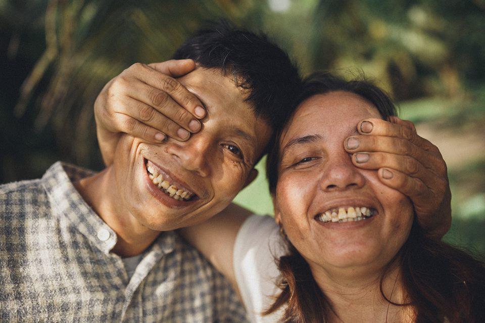 Đi đâu cũng được, có nhau là được - Bộ ảnh đồng quê chụp cặp vợ chồng U50 nhưng tình hơn tụi trẻ - Ảnh 1.