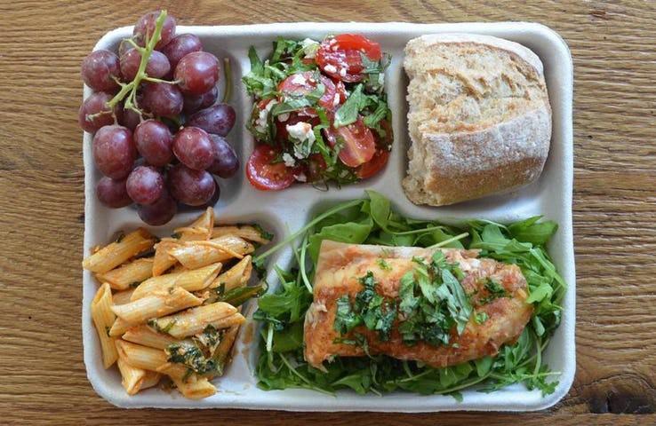 Thực đơn phong phú trong bữa trưa của học sinh ở khắp nơi trên thế giới - Ảnh 2.