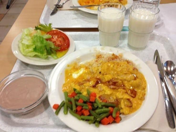 Thực đơn phong phú trong bữa trưa của học sinh ở khắp nơi trên thế giới - Ảnh 15.