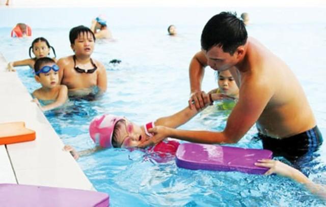 Sai lầm khi dốc ngược, vác trẻ đuối nước trên vai chạy sẽ không cứu được trẻ - Ảnh 2.