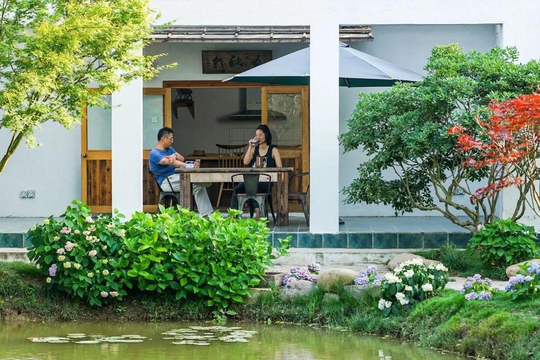 Ngôi nhà vườn rộng 4000m² đẹp bình yên được cải tạo từ mảnh đất toàn rác nhờ sự đồng lòng của hai vợ chồng bỏ phố về quê - Ảnh 5.