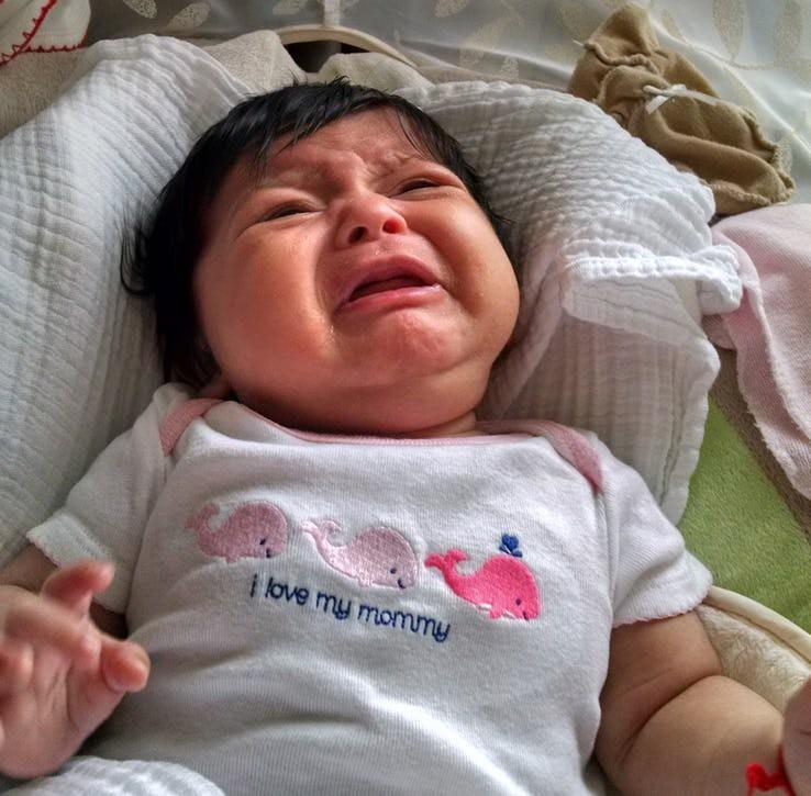 Những biểu hiện của trẻ sơ sinh tưởng là bình thường nhưng thực ra nó cho thấy trẻ đang bất ổn - Ảnh 3.