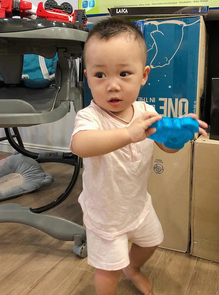 Hằng Túi tự tay cắt tóc cho con trai Bella, cậu bé đã tăng cân, ngày càng sáng sủa, bụ bẫm - Ảnh 4.