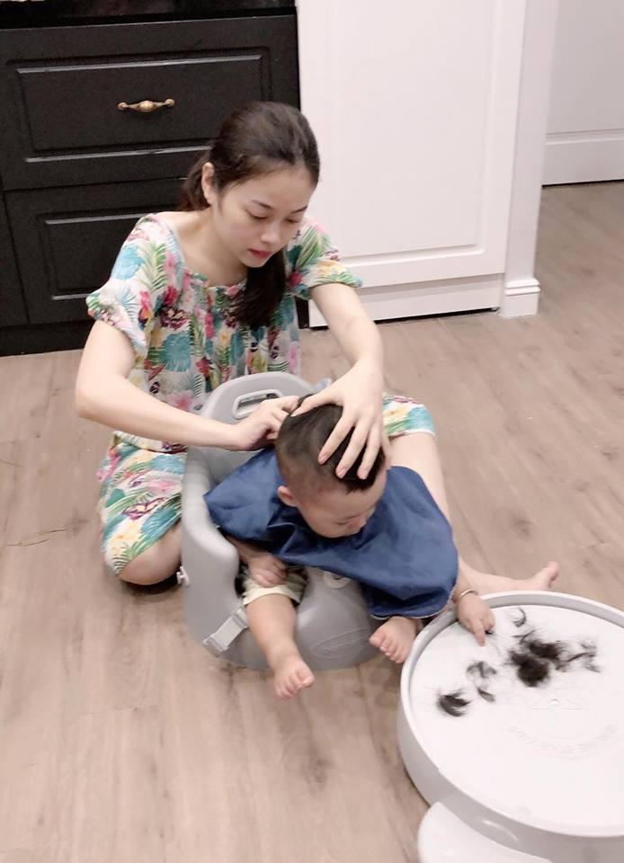 Hằng Túi tự tay cắt tóc cho con trai Bella, cậu bé đã tăng cân, ngày càng sáng sủa, bụ bẫm - Ảnh 2.
