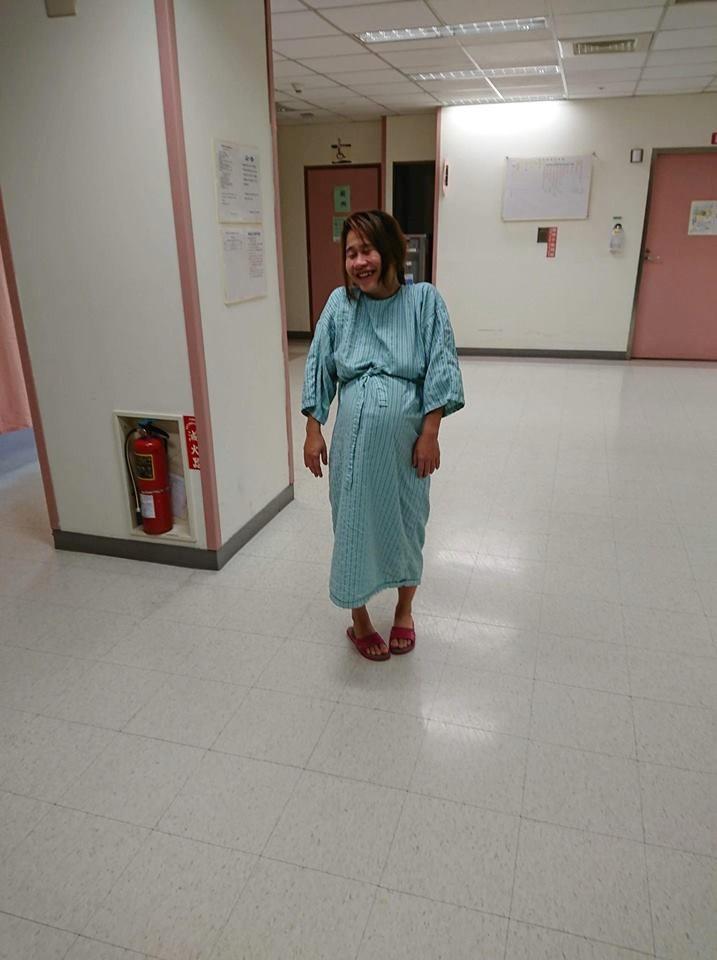 Mẹ Việt kể chuyện đi đẻ xấu như ma, vỡ ối... té cái bẹp, bác sỹ chưa kịp đỡ con đã rớt ra - Ảnh 2.