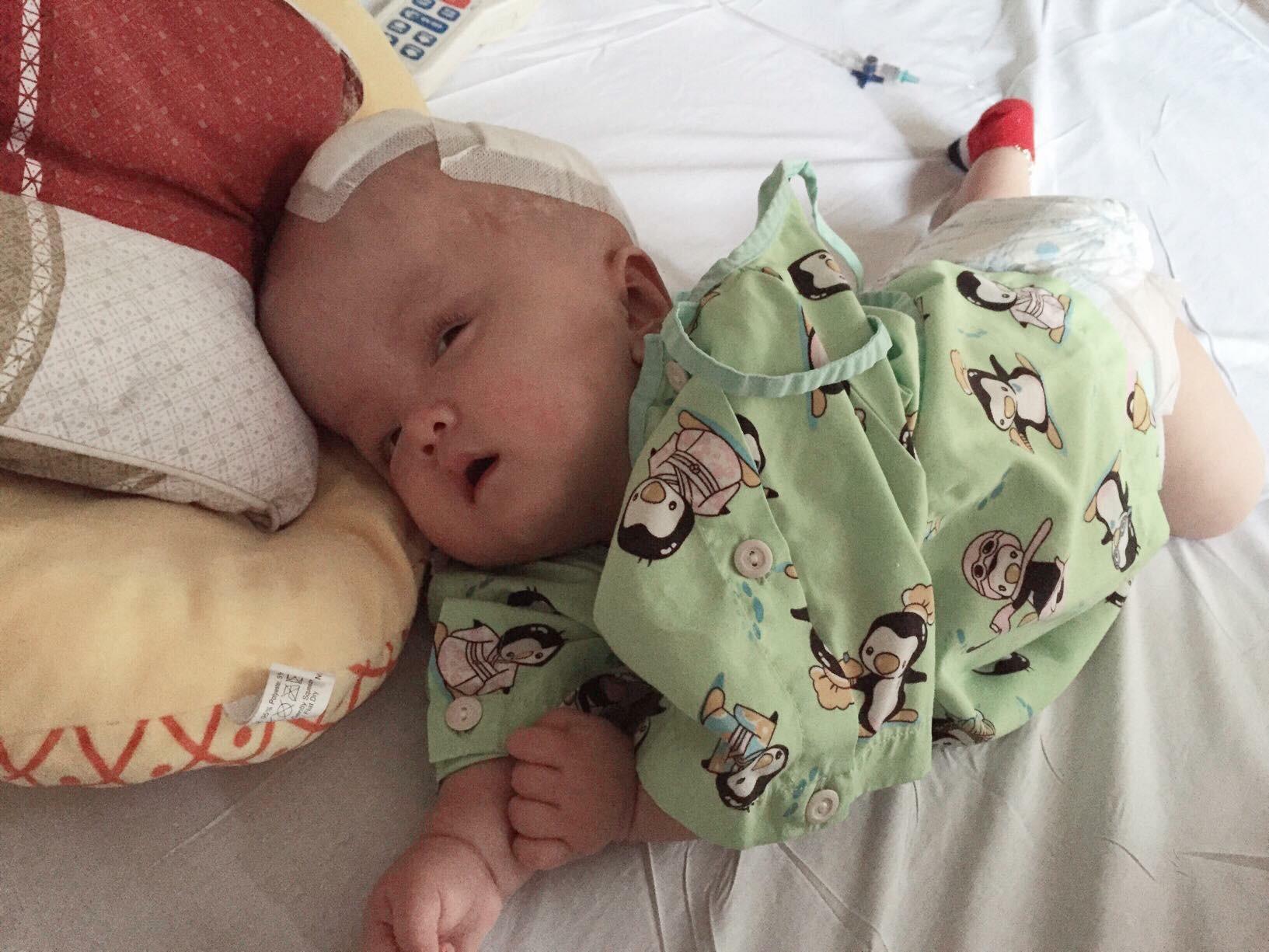 Thiếu kinh phí phẫu thuật cho con trai bị não úng thủy đang điều trị tại Singapore, người mẹ ôm con quỳ gối cầu cứu sự giúp đỡ - Ảnh 3.