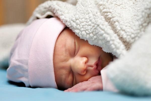 Tưởng đắp chăn cho bé là tốt, nhưng người lớn có thể khiến trẻ tử vong vì 1 sai lầm này - Ảnh 1.