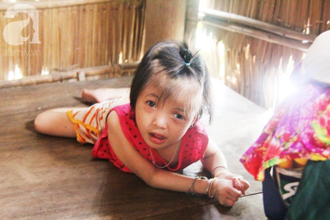Phép màu đến với bé gái 7 tuổi bị não úng thủy, lết theo mẹ xin cơm ăn mỗi ngày mà không có tiền chữa bệnh - Ảnh 6.