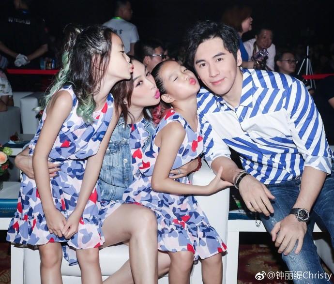 """Hai cô con gái riêng của """"Quả bom sex gốc Việt"""" Chung Lệ Đề thân thiết bên bố dượng trong ngày sinh nhật - Ảnh 1."""