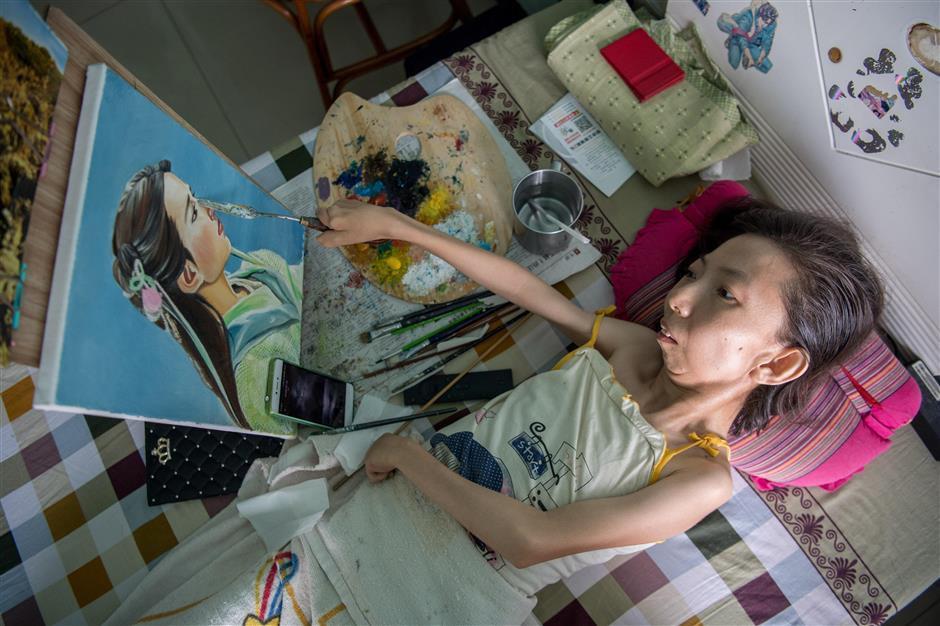 Trung Quốc: Người phụ nữ tật nguyền 30 năm kiếm sống bằng hội họa - Ảnh 1.