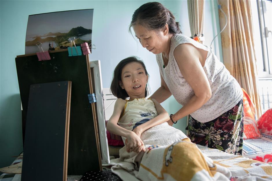 Trung Quốc: Người phụ nữ tật nguyền 30 năm kiếm sống bằng hội họa - Ảnh 2.