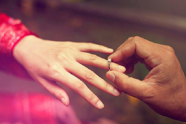Tấm ảnh chiếc nhẫn kim cương lấp lánh trên facebook đã lật tẩy bí mật của chồng tôi - Ảnh 2.