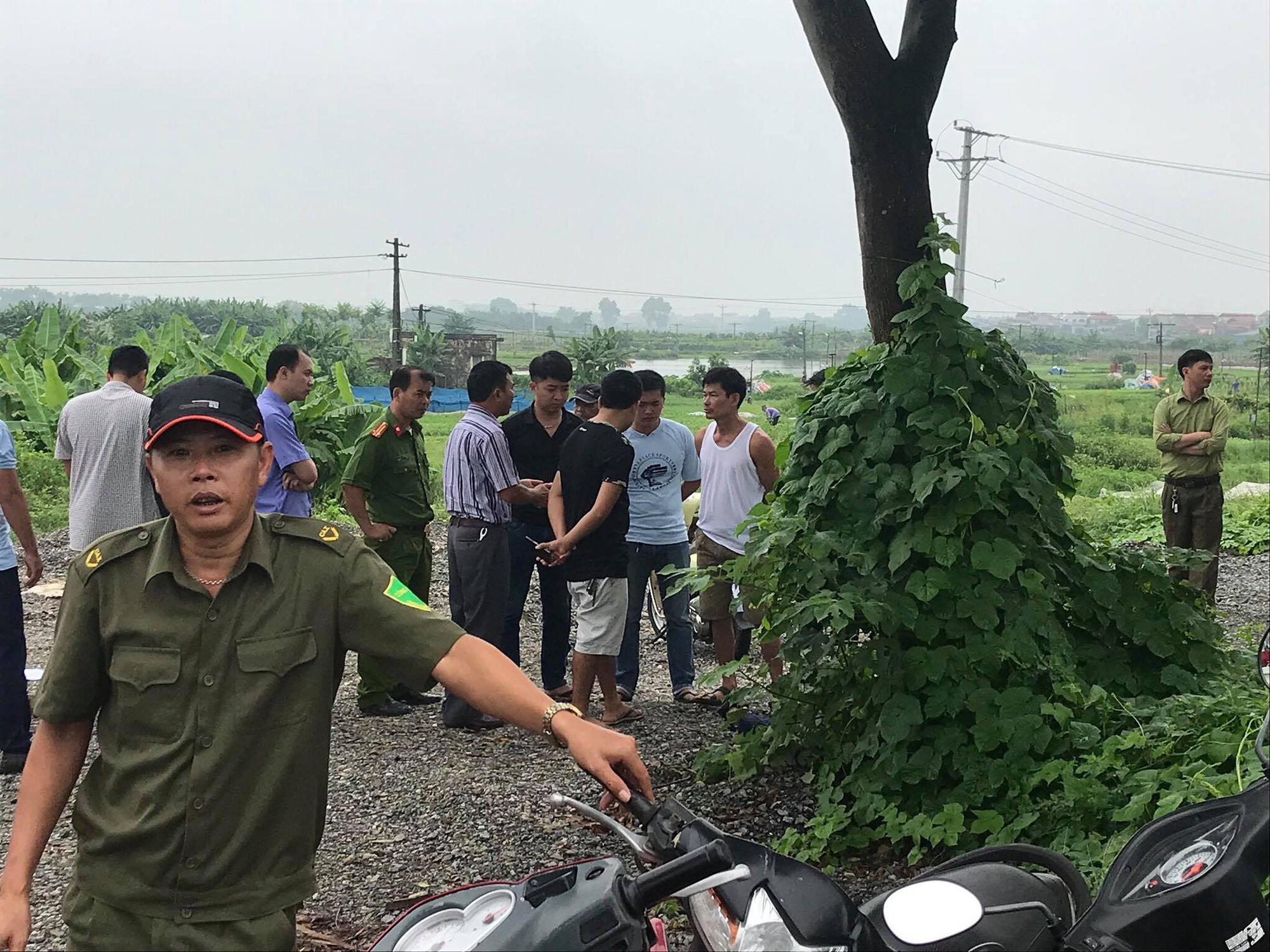 Hà Nội: Phát hiện nam thanh niên tử vong bên gốc cây cạnh chiếc xe máy sau đêm mưa - Ảnh 1.