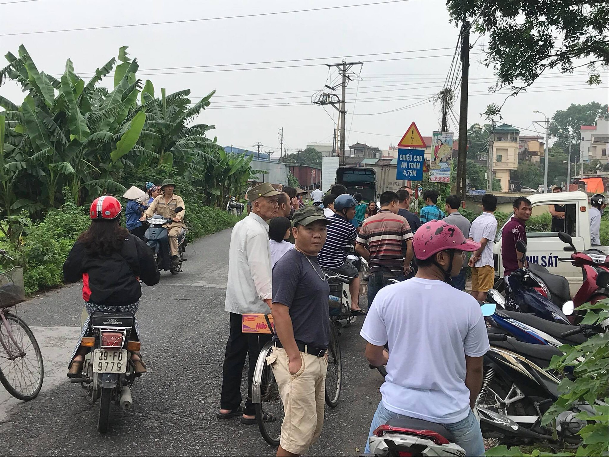 Hà Nội: Phát hiện nam thanh niên tử vong bên gốc cây cạnh chiếc xe máy sau đêm mưa - Ảnh 2.