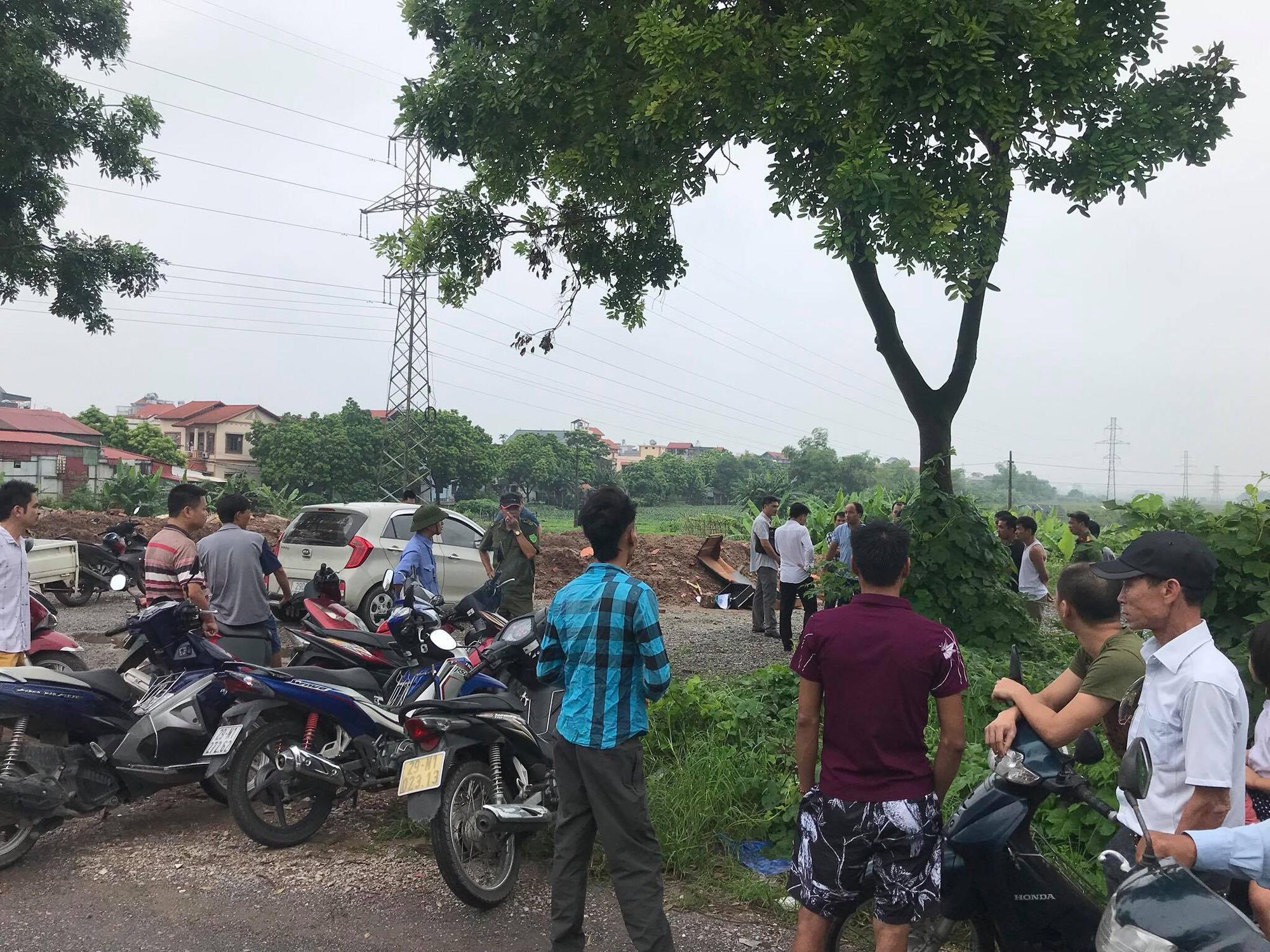Hà Nội: Phát hiện nam thanh niên tử vong bên gốc cây cạnh chiếc xe máy sau đêm mưa - Ảnh 3.