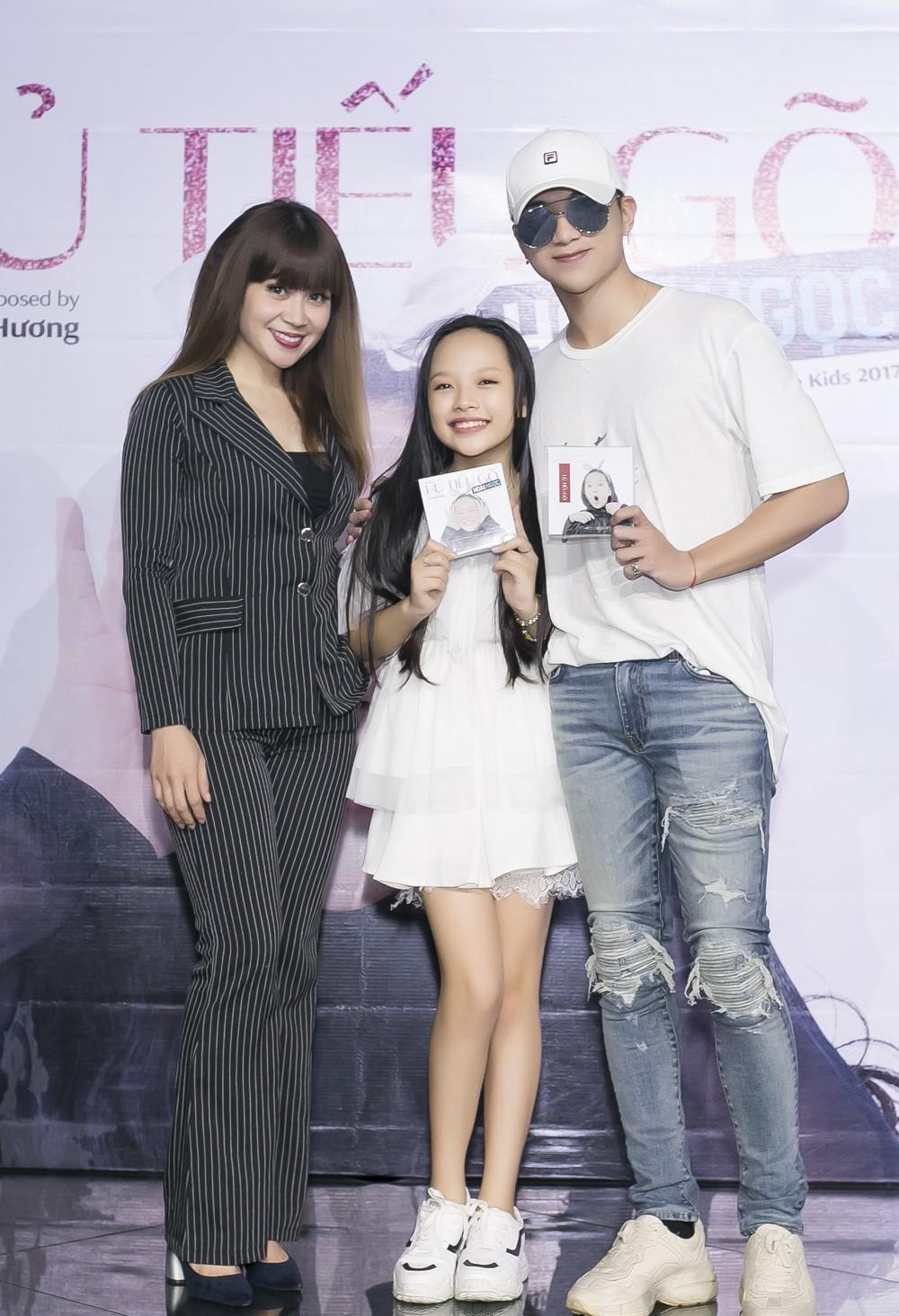 Con gái nuôi Soobin Hoàng Sơn xinh xắn tạo dáng bên bố và Lưu Thiên Hương - Ảnh 4.