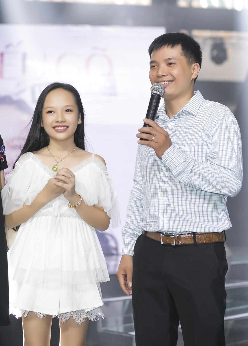 Con gái nuôi Soobin Hoàng Sơn xinh xắn tạo dáng bên bố và Lưu Thiên Hương - Ảnh 8.