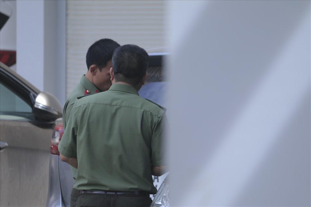 [VIDEO] Cận cảnh khám nhà cán bộ Sở GDĐT vụ sửa bài, nâng điểm thi ở Sơn La - Ảnh 6.