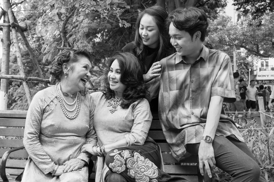Hai con của Thanh Lam lớn bổng bên mẹ và bà ngoại trong bộ ảnh Ba thế hệ  - Ảnh 1.