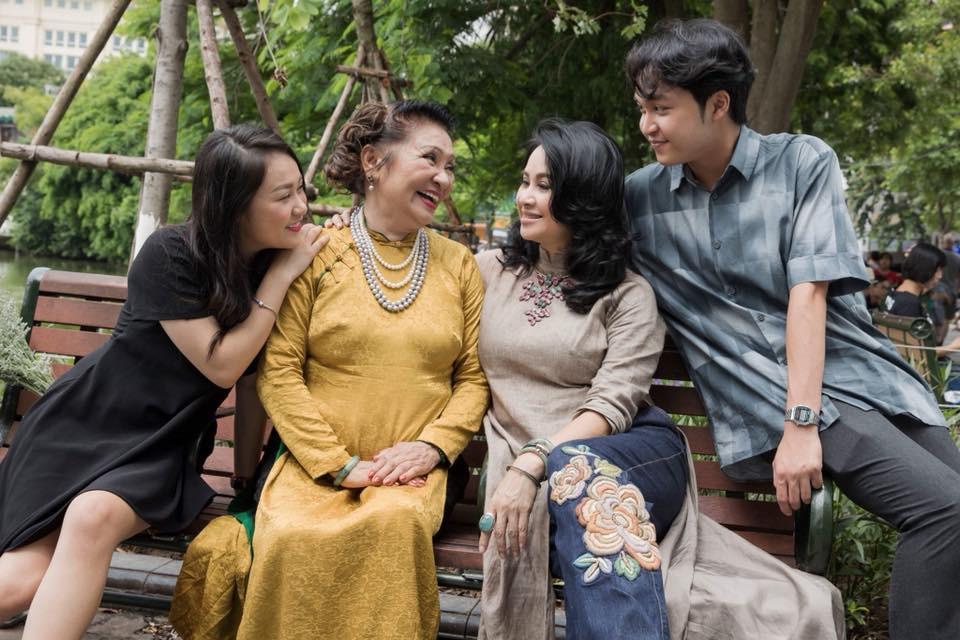 Hai con của Thanh Lam lớn bổng bên mẹ và bà ngoại trong bộ ảnh Ba thế hệ  - Ảnh 2.