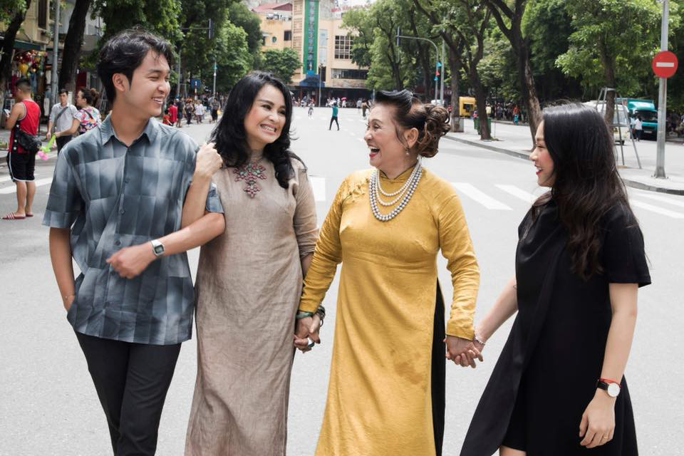 Hai con của Thanh Lam lớn bổng bên mẹ và bà ngoại trong bộ ảnh Ba thế hệ  - Ảnh 4.