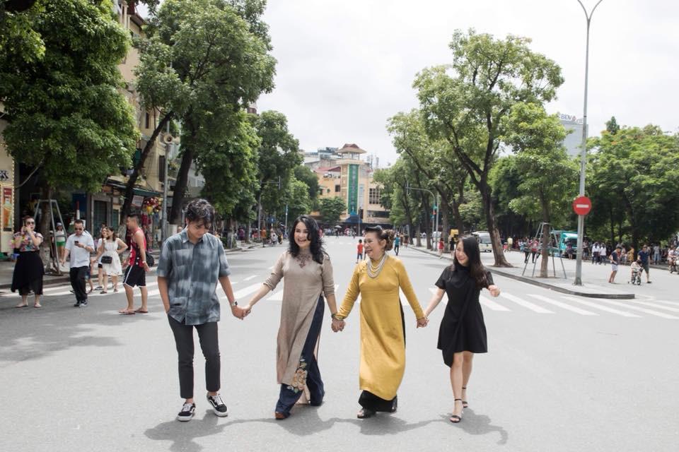 Hai con của Thanh Lam lớn bổng bên mẹ và bà ngoại trong bộ ảnh Ba thế hệ  - Ảnh 5.