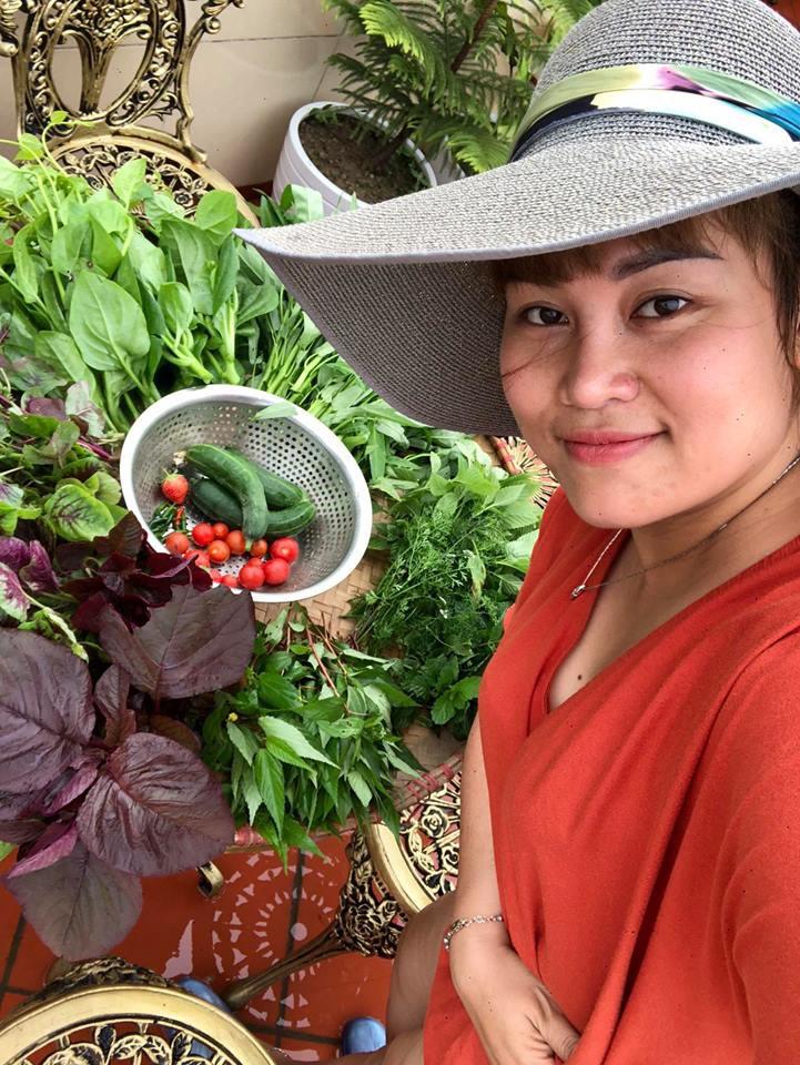 Vườn rau trên sân thượng bạt ngàn rau quả mùa hè của bà mẹ 3 con ở Hải Phòng - Ảnh 1.