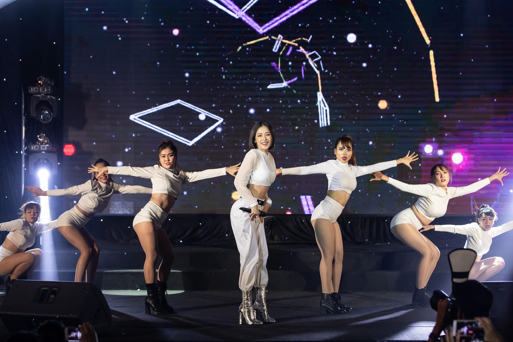 Hết nhảy sexy, bốc lửa, Chi Pu lại hóa thân thành chị Nguyệt thảo mai  - Ảnh 3.