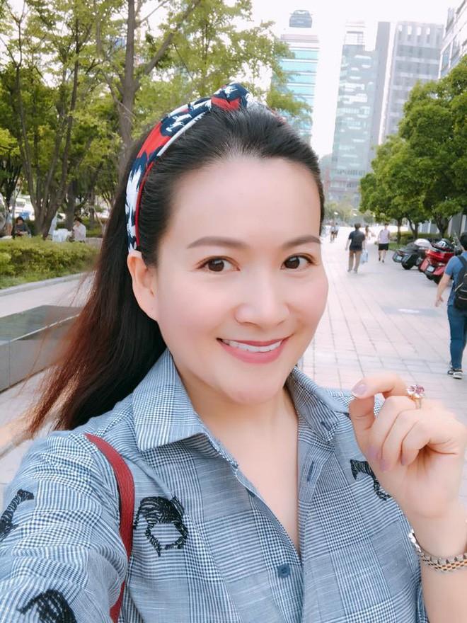 Vừa để lộ nhan sắc thật già nua, Anh Thơ vợ diễn viên Bình Minh lại vướng nghi án gọt cằm nhọn hoắt - Ảnh 6.