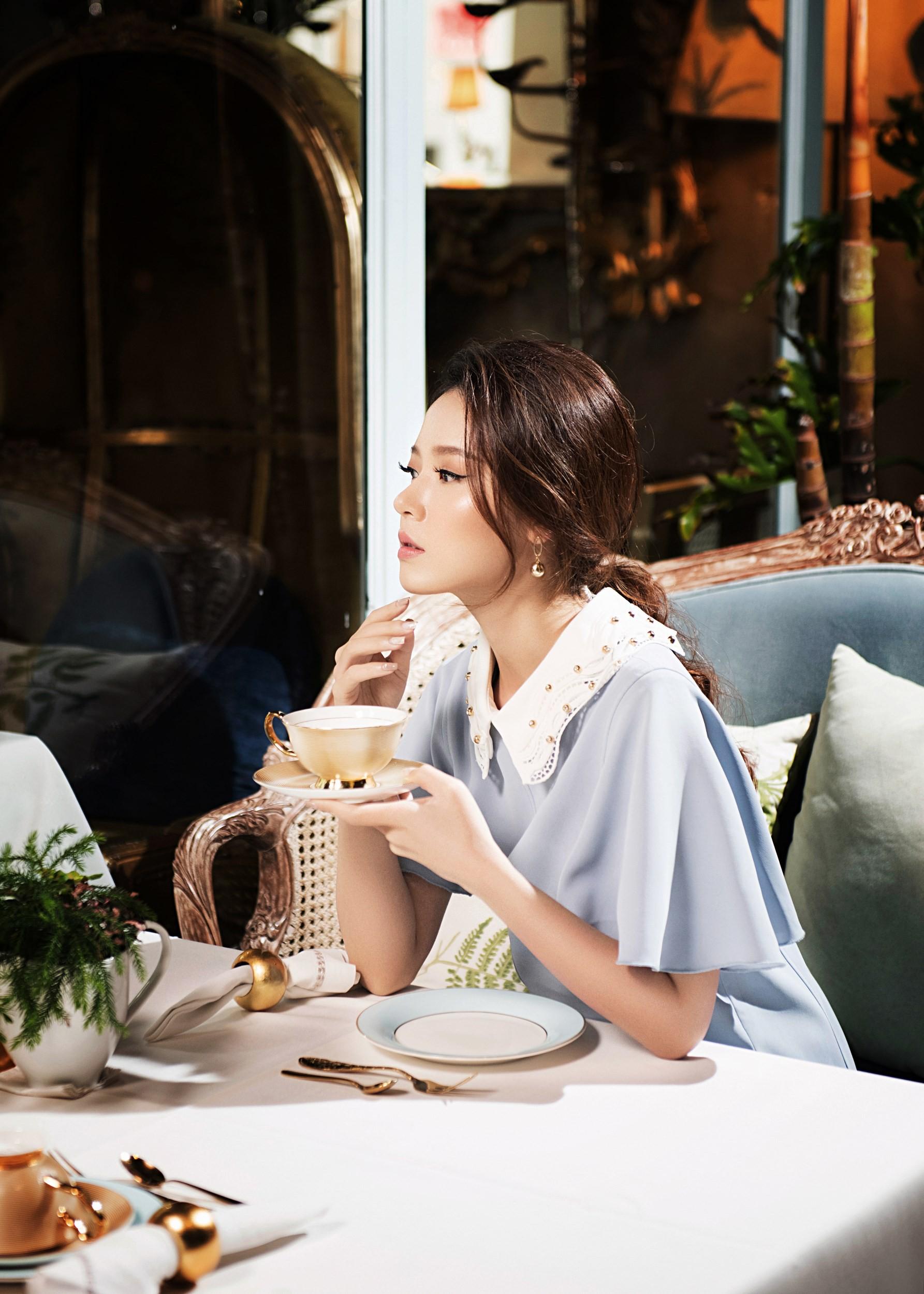 Quý phái bên tách trà chiều, Midu hóa quý cô mơ mộng - Ảnh 1.