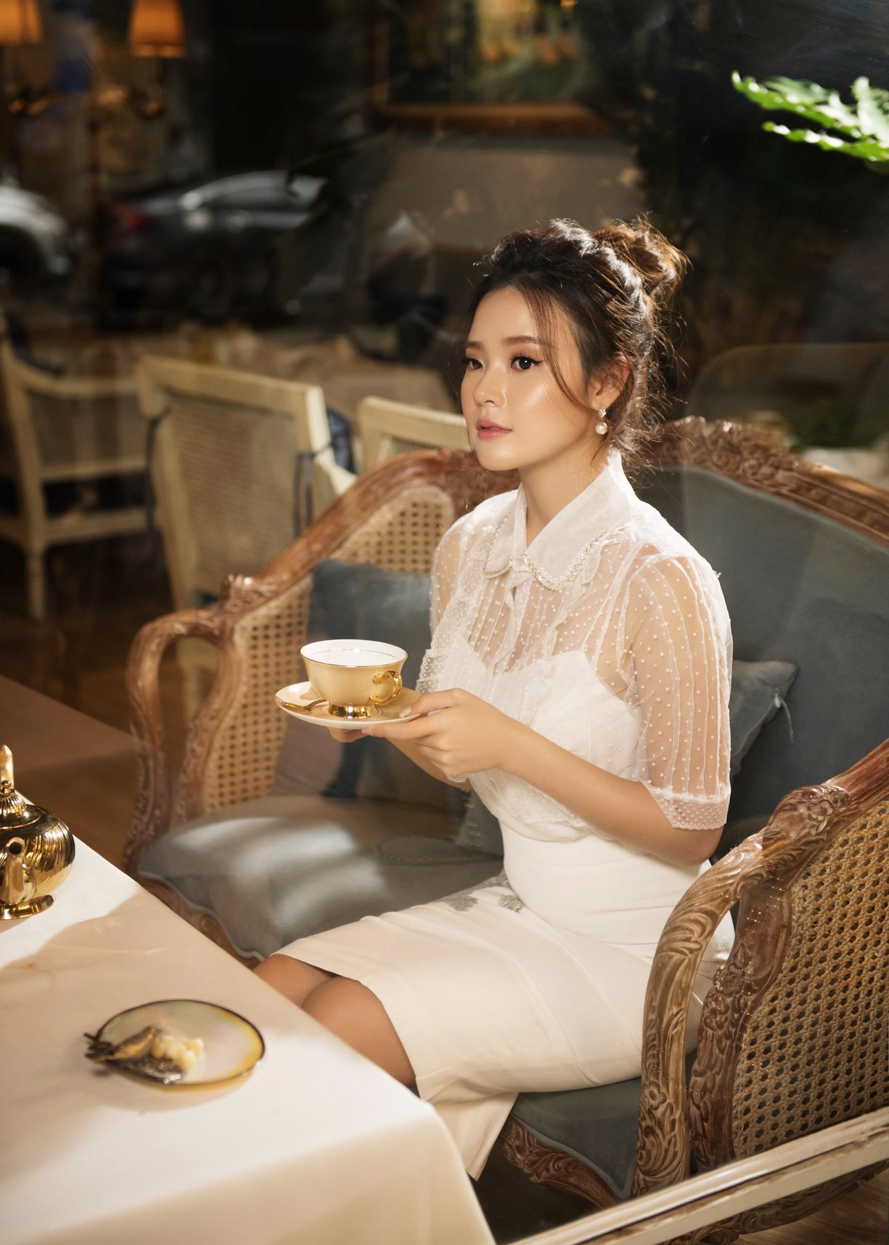 Quý phái bên tách trà chiều, Midu hóa quý cô mơ mộng - Ảnh 9.