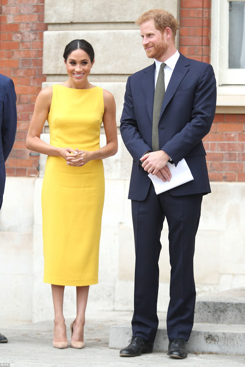 Không đi cùng Nữ hoàng, Meghan Markle chiếm trọn spotlight với váy vàng nổi bật bắt kịp trend hè năm nay - Ảnh 1.