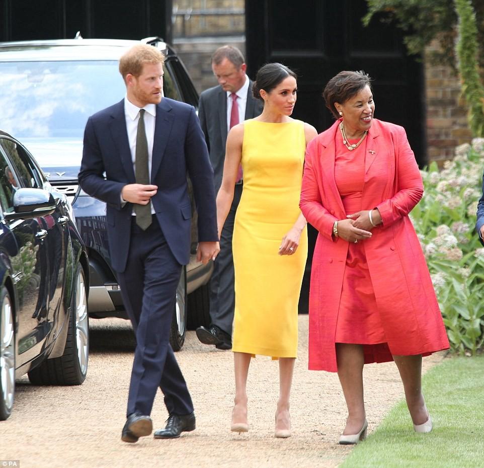 Không đi cùng Nữ hoàng, Meghan Markle chiếm trọn spotlight với váy vàng nổi bật bắt kịp trend hè năm nay - Ảnh 7.