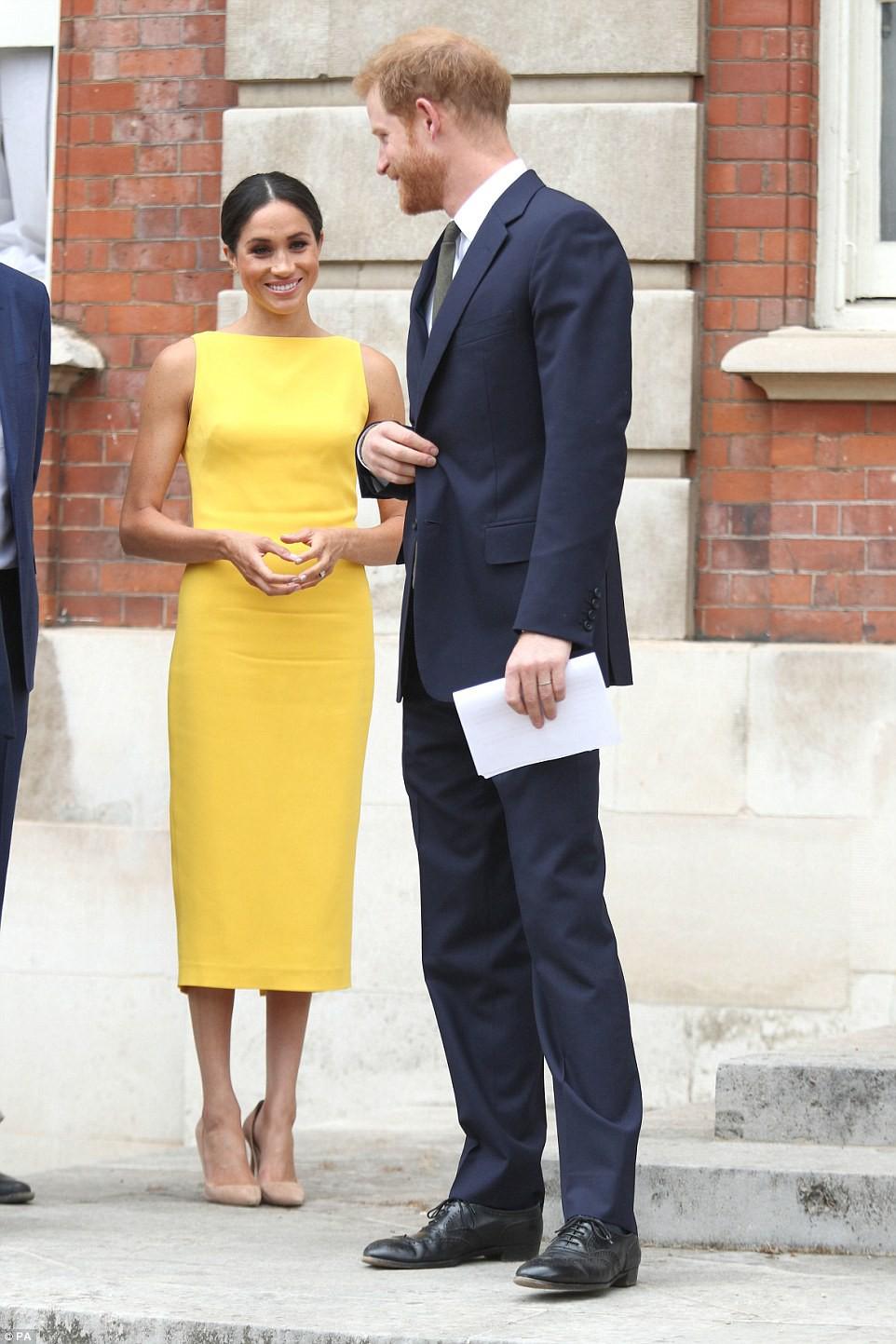 Không đi cùng Nữ hoàng, Meghan Markle chiếm trọn spotlight với váy vàng nổi bật bắt kịp trend hè năm nay - Ảnh 2.