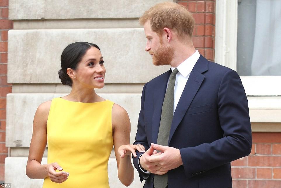 Không đi cùng Nữ hoàng, Meghan Markle chiếm trọn spotlight với váy vàng nổi bật bắt kịp trend hè năm nay - Ảnh 3.