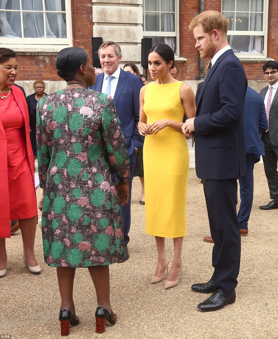 Không đi cùng Nữ hoàng, Meghan Markle chiếm trọn spotlight với váy vàng nổi bật bắt kịp trend hè năm nay - Ảnh 5.