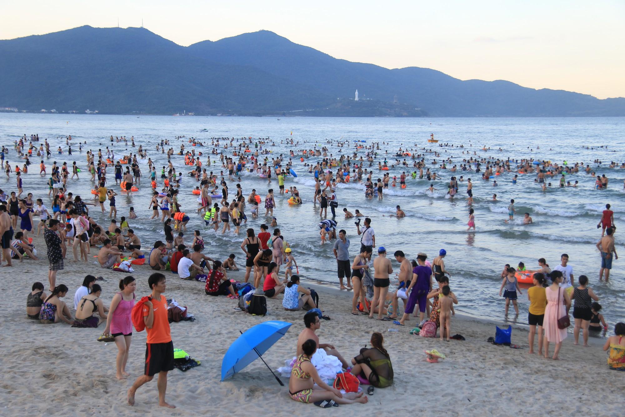 Sở TN&MT Đà Nẵng khuyến cáo du khách hạn chế tắm biển vì xuất hiện tình trạng bị nổi mẩn ngứa - Ảnh 3.