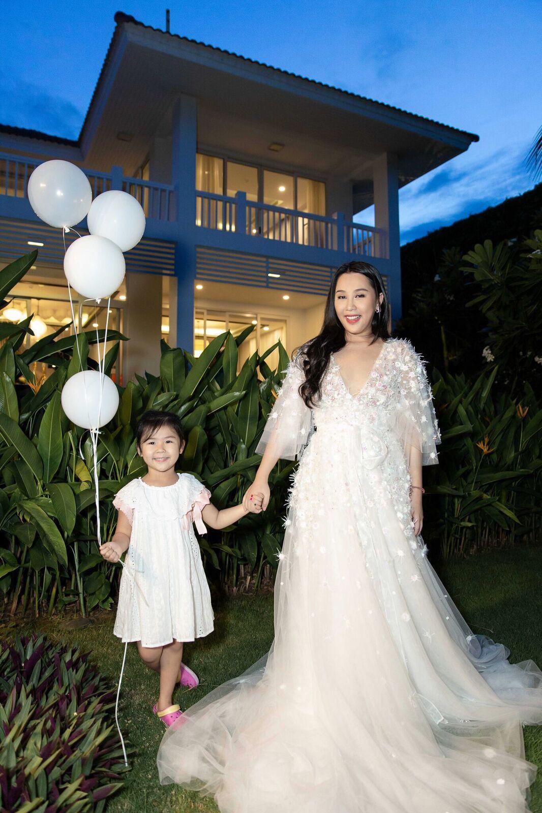 Trước giờ G cử hành hôn lễ, nhà văn Gào chia sẻ những hình ảnh về tiệc chia tay thời độc thân cùng dàn phù dâu xinh đẹp - Ảnh 18.