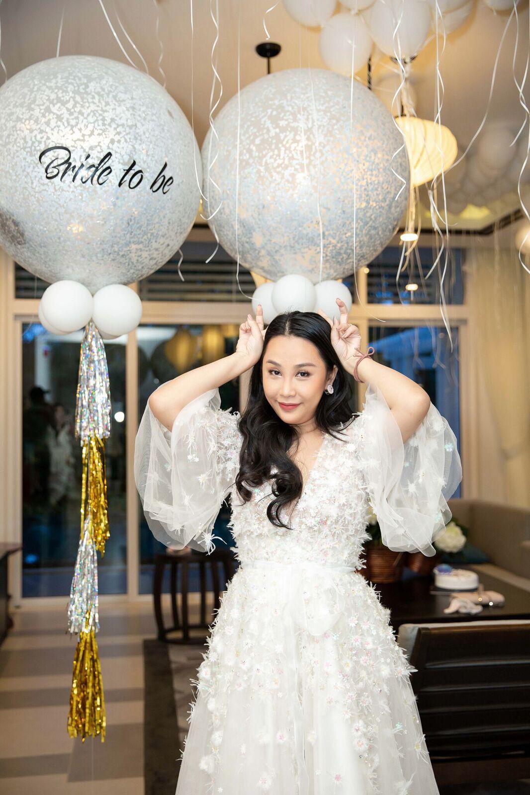 Trước giờ G cử hành hôn lễ, nhà văn Gào chia sẻ những hình ảnh về tiệc chia tay thời độc thân cùng dàn phù dâu xinh đẹp - Ảnh 17.