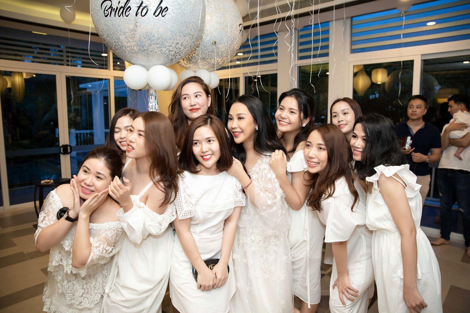 Trước giờ G cử hành hôn lễ, nhà văn Gào chia sẻ những hình ảnh về tiệc chia tay thời độc thân cùng dàn phù dâu xinh đẹp - Ảnh 16.