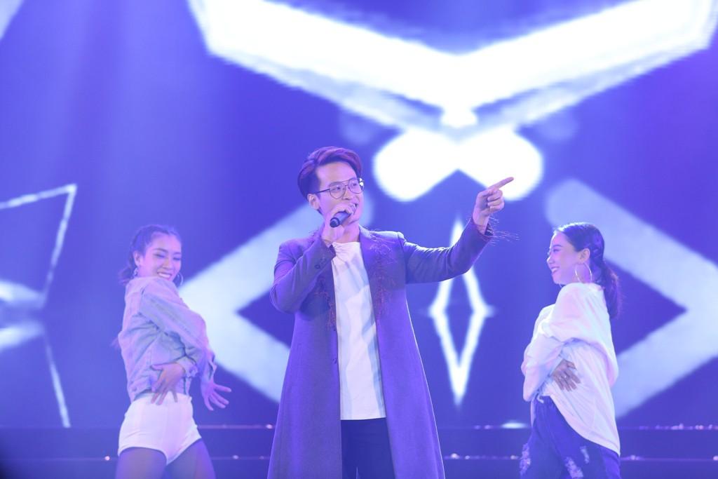 Hà Anh Tuấn khiến khán giả vỡ òa khi bất ngờ xuất hiện trên sân khấu không báo trước - Ảnh 2.