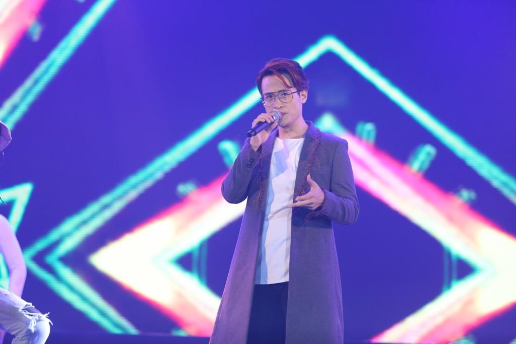 Hà Anh Tuấn khiến khán giả vỡ òa khi bất ngờ xuất hiện trên sân khấu không báo trước - Ảnh 1.
